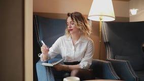 Escritura de la mujer en el planificador diario almacen de metraje de vídeo