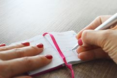 Escritura de la mujer en un diario imagen de archivo