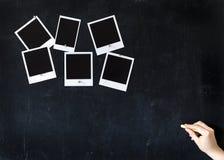 Escritura de la mujer en una pizarra con los marcos retros en blanco de la foto Fotos de archivo libres de regalías