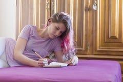 Escritura de la mujer joven Fotografía de archivo