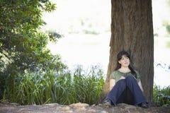 Escritura de la mujer joven en diario Fotografía de archivo libre de regalías
