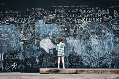 Escritura de la niña en la pizarra grande Fotografía de archivo libre de regalías