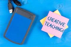 Escritura de la nota que muestra la enseñanza creativa Foto del negocio que muestra haciendo algo muy bien fuera de aprender situ fotos de archivo libres de regalías