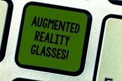 Escritura de la nota que muestra los vidrios aumentados de la realidad Foto del negocio que muestra el sistema personal de la pro fotos de archivo