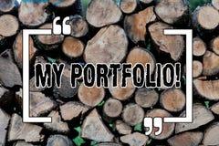 Escritura de la nota que muestra mi cartera Muestras de exhibición de la foto del negocio de fondo de madera de la fotografía de  fotos de archivo