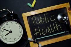 Escritura de la salud pública en la pizarra en la visión superior foto de archivo libre de regalías