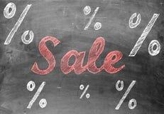 Escritura de la tiza de la venta con las muestras de porcentaje en la pizarra Fotografía de archivo libre de regalías
