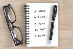 Escritura de motivación en un cuaderno Fotos de archivo libres de regalías