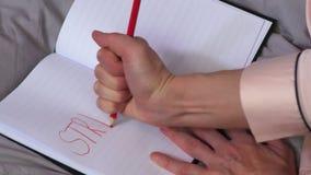 Escritura de palabra de la tensión en cuaderno metrajes