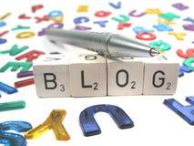 Escritura de su propio blog en el Internet Fotografía de archivo