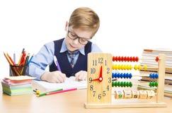 Escritura del alumno en sala de clase, reloj de la educación y ábaco imagen de archivo libre de regalías
