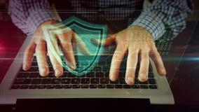 Escritura del hombre en el teclado del ordenador portátil con el escudo