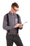 Escritura del hombre joven en tarjeta de clip Fotos de archivo