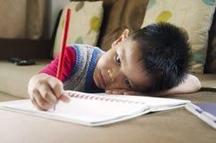 Escritura del niño Fotos de archivo libres de regalías