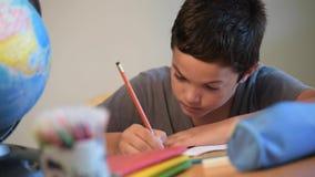 Escritura del niño en la escuela almacen de metraje de vídeo
