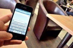 Escritura del nuevo mensaje en nuevo smartphone Fotografía de archivo