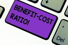 Escritura del ratio de coste de ventaja de la demostración de la nota Relación de exhibición de la foto del negocio entre los cos foto de archivo