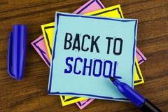 Escritura del texto de la escritura de nuevo a escuela Momento adecuado del significado del concepto de comprar la cartera, pluma Imagenes de archivo
