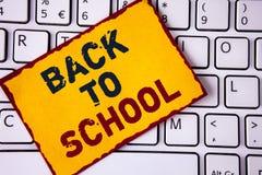 Escritura del texto de la escritura de nuevo a escuela Momento adecuado del significado del concepto de comprar la cartera, pluma Fotos de archivo libres de regalías