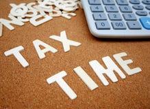 Escritura del ` del tiempo del impuesto del ` con la letra de madera fotos de archivo libres de regalías