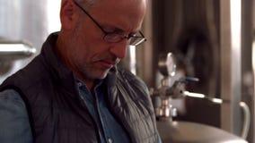 Escritura del trabajador de la cervecería en el tablero metrajes