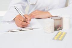 Escritura del veterinario en el tablero las prescripciones Imágenes de archivo libres de regalías