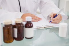 Escritura del veterinario en el tablero las prescripciones Fotos de archivo
