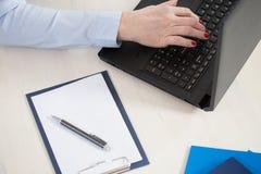 Escritura en el ordenador Fotografía de archivo libre de regalías