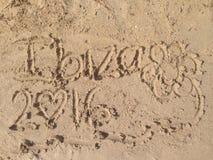 Escritura en la arena de un Ibiza& x27; playa de s Fotografía de archivo