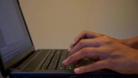 Escritura en la computadora portátil almacen de video