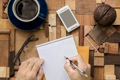 Escritura en la hoja de papel en blanco Imagen de archivo libre de regalías