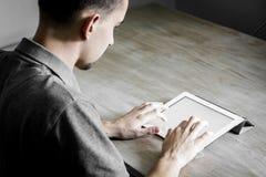 Escritura en la tableta Foto de archivo