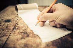Escritura en un rollo del papel higiénico Foto de archivo