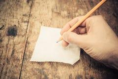 Escritura en un rollo del papel higiénico Fotos de archivo