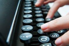 Escritura en un teclado viejo foto de archivo