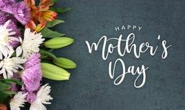 Escritura feliz del día de fiesta del saludo del día de madre sobre textura oscura del fondo de la pizarra ilustración del vector