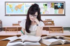 Escritura femenina del principiante en la sala de clase Imagen de archivo libre de regalías