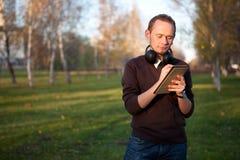 Escritura hermosa del hombre en su cuaderno Foto de archivo libre de regalías