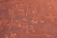 Escritura india del nativo americano en roca Imagen de archivo libre de regalías