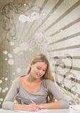 Escritura joven de la mujer del estudiante contra fondo salpicado marrón y blanco Imagenes de archivo