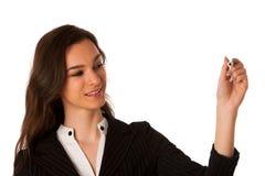 Escritura joven hermosa alegre sonriente feliz de la mujer de negocios o Fotos de archivo