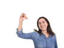 Escritura latina feliz de la mujer con el marcador como espacio de la copia en concepto de la adición del texto Fotos de archivo