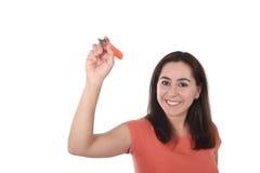 Escritura latina feliz de la mujer con el marcador como espacio de la copia en concepto de la adición del texto Imagen de archivo libre de regalías