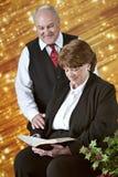 Escritura madura de la lectura de los pares en las Navidades Imágenes de archivo libres de regalías