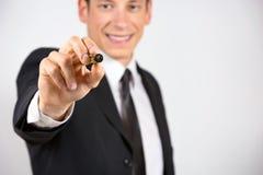Escritura o dibujo del hombre de negocios con el marcador en la pantalla Imagenes de archivo