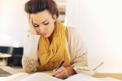 Escritura ocupada del estudiante algo imagenes de archivo