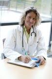 Escritura profesional médica femenina Fotografía de archivo libre de regalías