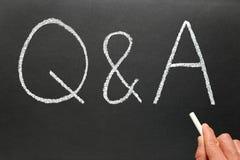 Escritura Q&A, preguntas y respuestas. Imágenes de archivo libres de regalías