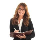 Escritura de la mujer de negocios en su cuaderno Fotos de archivo libres de regalías