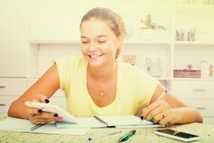 Escritura sonriente de la muchacha Imágenes de archivo libres de regalías